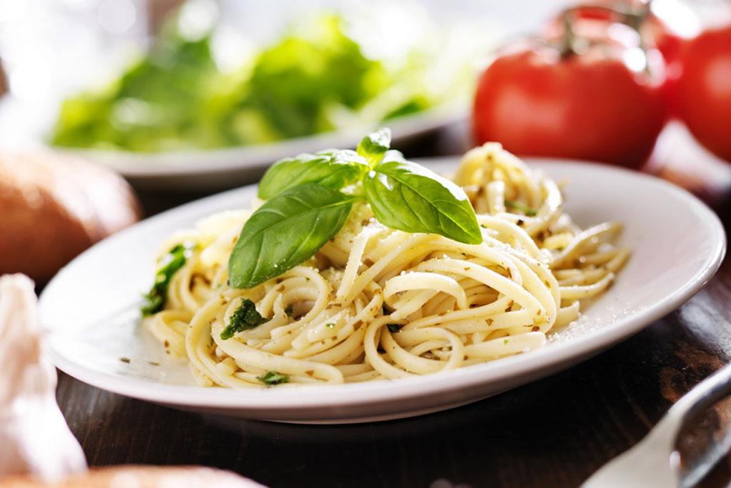 Espaguetis a la margarina de albahaca