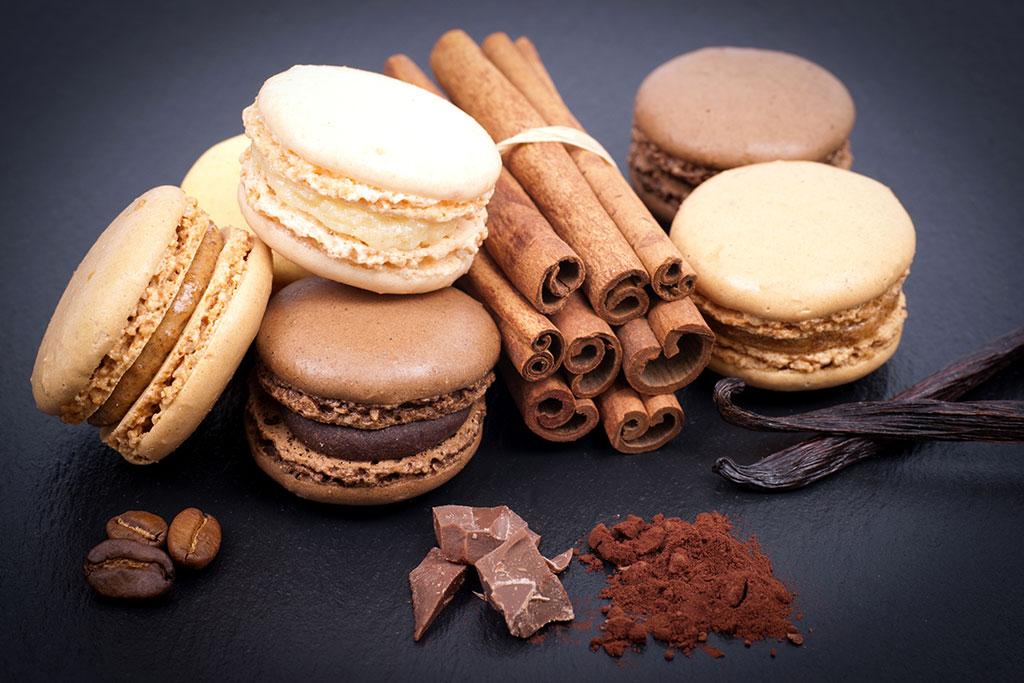 Macarons de chocolate con relleno de mora